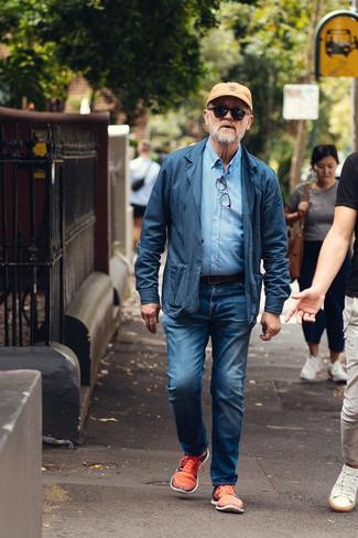 Comment s'habiller après 60 ans: Choisis un blazer en coton bleu marine et un jean bleu pour achever un look habillé mais pas trop. Décoince cette tenue avec une paire de chaussures de sport orange.