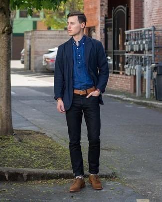 Comment porter des chaussettes multicolores: Associe un blazer bleu marine avec des chaussettes multicolores pour un look confortable et décontracté. Jouez la carte classique pour les chaussures et fais d'une paire de chaussures brogues en daim marron ton choix de souliers.