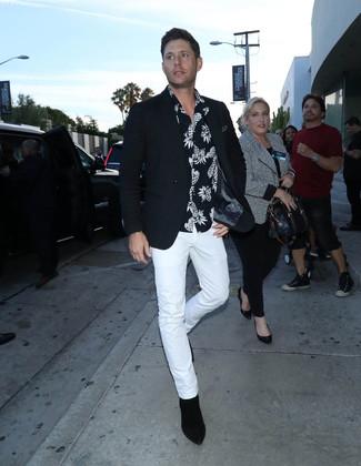 Comment porter: blazer noir, chemise à manches courtes imprimée noire et blanche, pantalon chino blanc, bottines chelsea en daim noires
