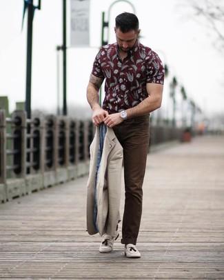 Comment porter: blazer beige, chemise à manches courtes imprimée bordeaux, pantalon chino marron foncé, mocassins à pampilles en daim beiges