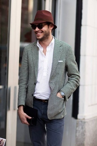 Comment porter une chemise à manches courtes blanche: Pour créer une tenue idéale pour un déjeuner entre amis le week-end, harmonise une chemise à manches courtes blanche avec un pantalon chino bleu marine.