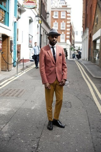 Comment porter des chaussures derby en cuir noires: Harmonise un blazer rose avec un pantalon chino tabac pour achever un look habillé mais pas trop. Une paire de des chaussures derby en cuir noires ajoutera de l'élégance à un look simple.