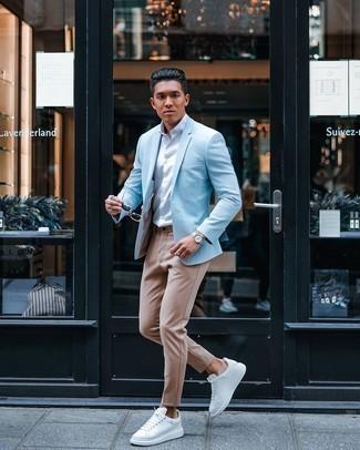 Tendances mode hommes: Associe un blazer bleu clair avec un pantalon chino marron clair pour prendre un verre après le travail. D'une humeur créatrice? Assortis ta tenue avec une paire de baskets basses en cuir blanches.