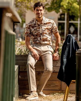 Comment porter: blazer en lin noir, chemise à manches courtes imprimée beige, pantalon de costume en lin beige, baskets basses en daim marron clair