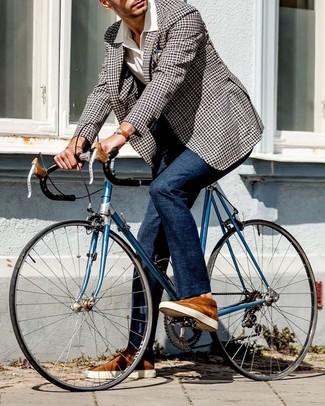 Comment porter: blazer en vichy noir et blanc, chemise à manches courtes blanche, pantalon de costume bleu marine, baskets basses en daim tabac