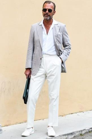 Comment porter un blazer gris: Harmonise un blazer gris avec un pantalon de costume blanc pour un look classique et élégant. Tu veux y aller doucement avec les chaussures? Assortis cette tenue avec une paire de des baskets basses blanches pour la journée.