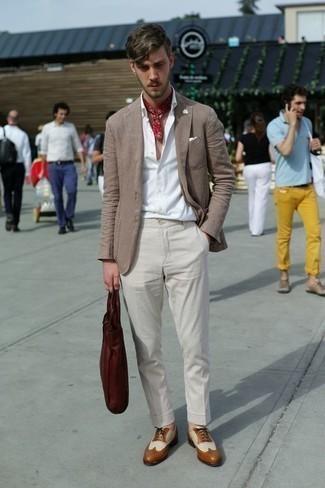 Comment porter un bandana rouge et blanc: Porte un blazer marron et un bandana rouge et blanc pour un look confortable et décontracté. Jouez la carte classique pour les chaussures et termine ce look avec une paire de des chaussures brogues en cuir tabac.
