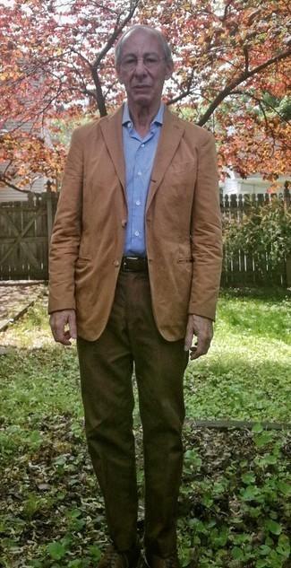 Comment s'habiller après 60 ans: Associe un blazer marron clair avec un pantalon chino marron pour achever un look habillé mais pas trop. Jouez la carte classique pour les chaussures et fais d'une paire de des chaussures derby en cuir marron foncé ton choix de souliers.