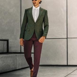 Tendances mode hommes: Harmonise un blazer vert foncé avec un pantalon de costume à rayures verticales bordeaux pour un look classique et élégant. Cette tenue se complète parfaitement avec une paire de slippers en cuir marron.