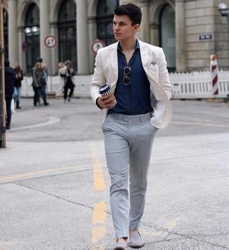 Comment s'habiller pour un style elégantes: Pense à harmoniser un blazer blanc avec un pantalon de costume gris pour dégager classe et sophistication. Une paire de slippers en daim gris est une option avisé pour complèter cette tenue.