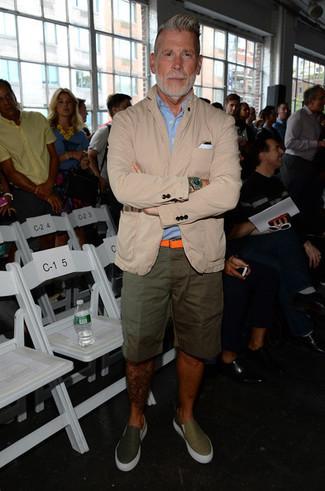 Comment porter: blazer en coton beige, chemise à manches courtes bleu clair, short olive, baskets à enfiler en cuir olive