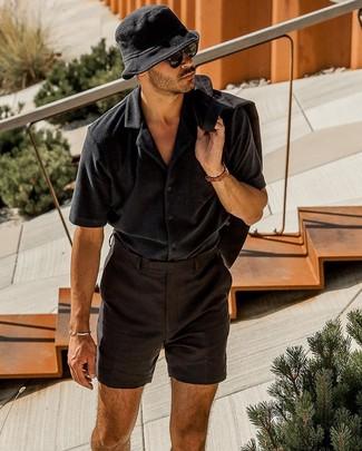 Comment porter: blazer en lin noir, chemise à manches courtes noire, short en lin noir, bob noir