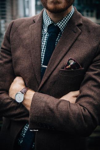 Comment porter un blazer en laine à chevrons marron foncé: Opte pour un blazer en laine à chevrons marron foncé avec une chemise à manches longues en vichy blanc et bleu marine pour aller au bureau.