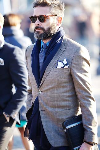 Comment porter: blazer écossais marron, chemise à manches longues en chambray bleue, cravate bleu marine, pochette de costume blanc et bleu marine