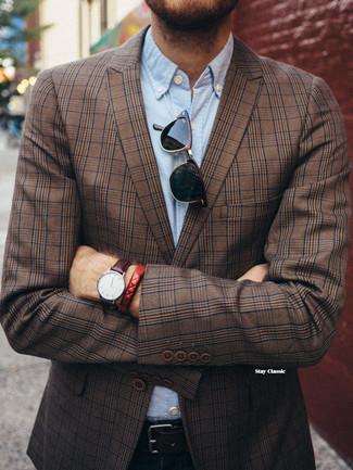 Comment porter: blazer écossais marron, chemise à manches longues en chambray bleu clair, jean bleu marine, ceinture en cuir noire