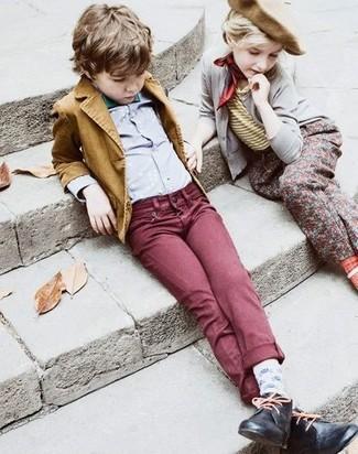 Comment porter: blazer moutarde, chemise à manches longues grise, jean bordeaux, bottines chukka noires