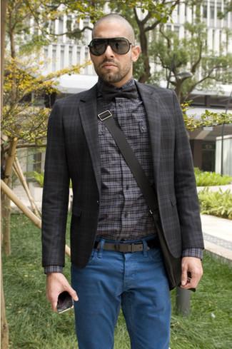 Comment porter: blazer écossais gris foncé, chemise à manches longues écossaise grise, jean bleu, besace noire