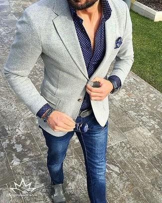 Perfectionne le look chic et décontracté avec un blazer en tricot gris et un jean bleu marine. Rehausse cet ensemble avec une paire de des double monks en cuir gris.