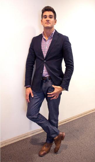 Comment porter: blazer bleu marine, chemise à manches longues en vichy multicolore, jean bleu marine, chaussures brogues en cuir marron