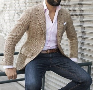Comment porter: blazer écossais marron clair, chemise à manches longues rose, jean bleu marine, pochette de costume blanche