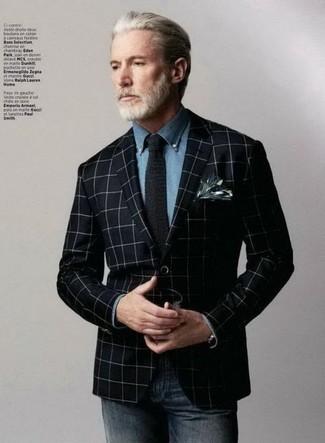 Comment porter un blazer écossais noir et blanc: Harmonise un blazer écossais noir et blanc avec un jean gris pour une tenue confortable aussi composée avec goût.