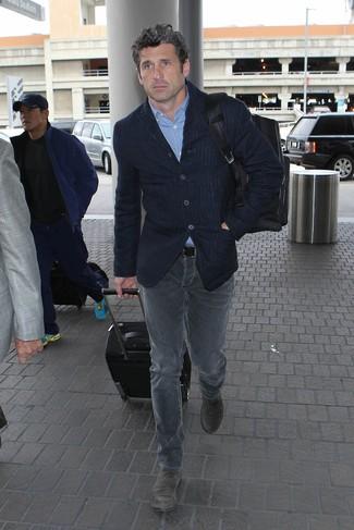 Comment porter: blazer à rayures verticales bleu marine, chemise à manches longues bleu clair, jean gris, bottines chelsea en daim grises