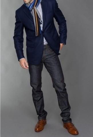 Comment porter: blazer bleu marine, chemise à manches longues en vichy blanche et noire, jean gris foncé, chaussures brogues en cuir marron
