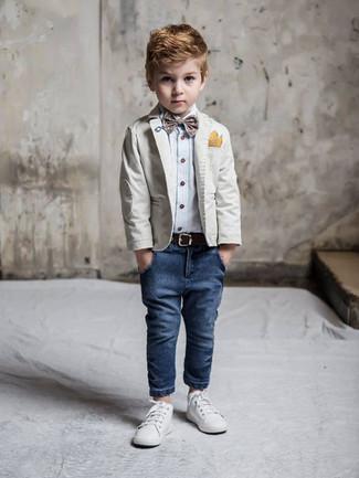 Comment porter: blazer gris, chemise à manches longues bleu clair, jean bleu marine, baskets blanches