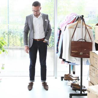 Comment porter: blazer gris, chemise à manches longues blanche, jean bleu marine, double monks en daim marron foncé