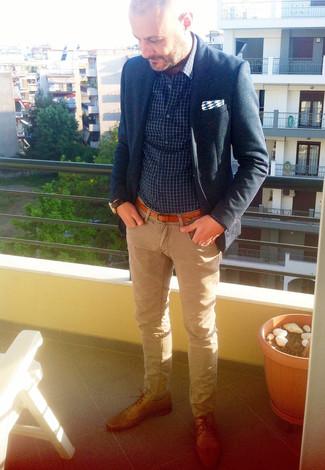 Comment porter: blazer bleu marine, chemise à manches longues à carreaux bleu marine et blanc, jean marron clair, chaussures derby en cuir marron clair