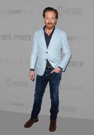 Comment porter: blazer bleu clair, chemise à manches longues bleu marine, jean bleu marine, bottines chelsea en daim marron foncé