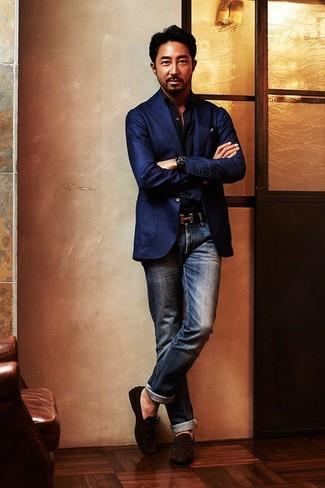 Comment porter: blazer à rayures verticales bleu marine, chemise à manches longues noire, jean bleu marine, mocassins en daim marron foncé