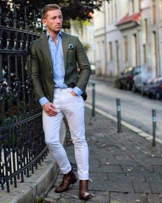 Comment porter: blazer vert foncé, chemise à manches longues bleu clair, jean blanc, bottines chelsea en cuir marron foncé