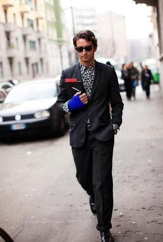 Comment porter des gants en laine bleu marine: Marie un blazer noir avec des gants en laine bleu marine pour un look idéal le week-end. D'une humeur créatrice? Assortis ta tenue avec une paire de des chaussures derby en cuir noires.