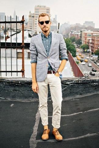 Tenue: Blazer à carreaux gris, Chemise à manches longues en chambray bleue, Jean blanc, Chaussures richelieu en cuir marron clair