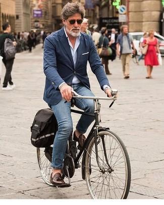 Comment porter: blazer en coton bleu marine, chemise à manches longues bleu clair, jean bleu, mocassins à pampilles en cuir marron foncé