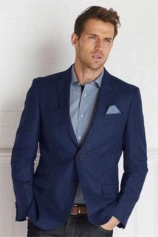 Comment porter: blazer en laine bleu marine, chemise à manches longues grise, jean noir, pochette de costume á pois bleu clair