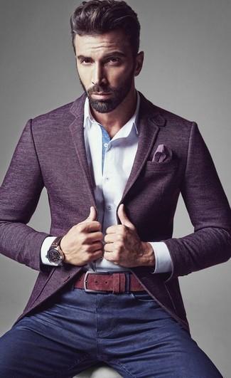 Pense à opter pour un blazer en laine violet et un jean bleu marine si tu recherches un look stylé et soigné.