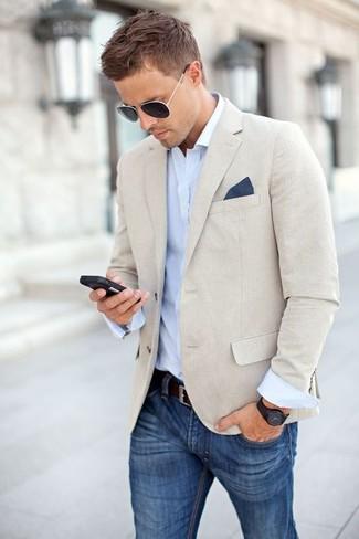 Comment porter: blazer en lin beige, chemise à manches longues bleu clair, jean bleu, pochette de costume bleu marine