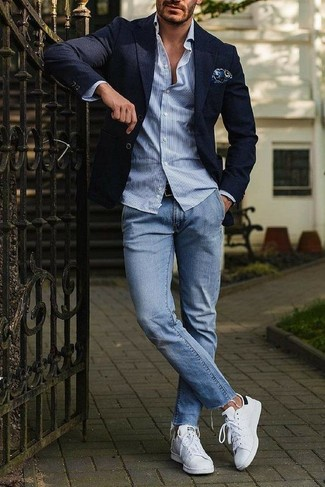 Comment porter: blazer bleu marine, chemise à manches longues à rayures verticales bleu clair, jean bleu clair, baskets basses en cuir blanches