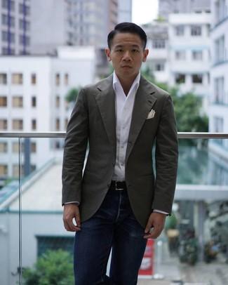 Comment porter: blazer olive, chemise à manches longues blanche, jean bleu marine, pochette de costume blanche