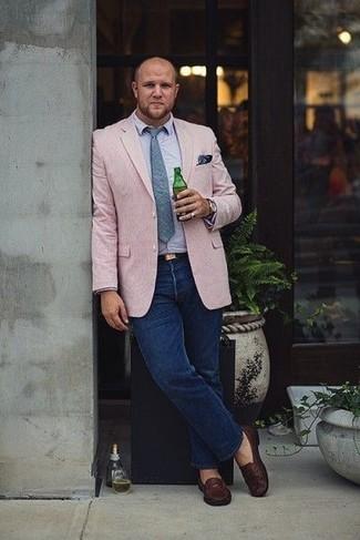 Comment porter: blazer rose, chemise à manches longues bleu clair, jean bleu marine, slippers en cuir marron foncé