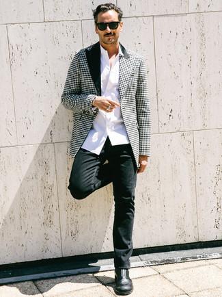 Comment porter: blazer en pied-de-poule noir et blanc, chemise à manches longues blanche, jean noir, bottines chelsea en cuir noires