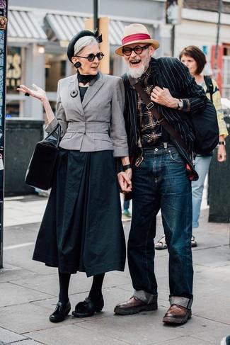 Comment porter: blazer à rayures verticales noir et blanc, chemise à manches longues écossaise noire, jean bleu marine, bottes brogue en cuir marron