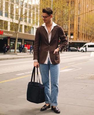 Comment porter des chaussures habillées: Pense à associer un blazer en laine marron foncé avec un jean bleu clair pour aller au bureau. D'une humeur audacieuse? Complète ta tenue avec une paire de des chaussures habillées.