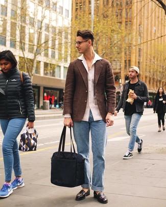 Comment porter: blazer en laine marron, chemise à manches longues en lin blanche, jean bleu clair, slippers en cuir marron foncé
