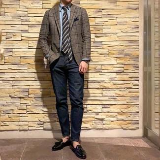 Comment porter: blazer à carreaux marron, chemise à manches longues en chambray bleu clair, jean bleu marine, mocassins à pampilles en cuir noirs