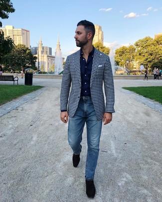 Comment porter: blazer en vichy bleu marine, chemise à manches longues bleu marine, jean bleu, slippers en daim noirs