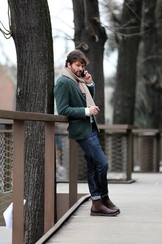 Comment porter: blazer en tricot vert foncé, chemise à manches longues blanche, jean bleu marine, bottines chelsea en cuir marron foncé