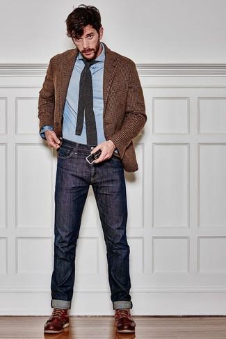 Comment porter une chemise à manches longues en chambray bleu clair: Essaie de marier une chemise à manches longues en chambray bleu clair avec un jean bleu marine pour obtenir un look relax mais stylé. Une paire de des bottes de travail en cuir bordeaux apporte une touche de décontraction à l'ensemble.